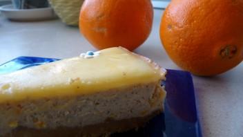 Pomarańczowy sernik z serem ricotta i polewą z białej czekolady