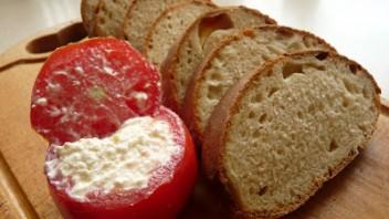 Chleb wiedeński i faszerowane pomidory