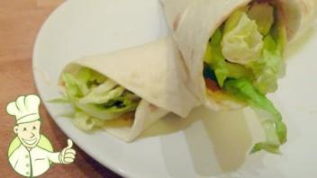 Tortilla kurczakiem i sosem chili