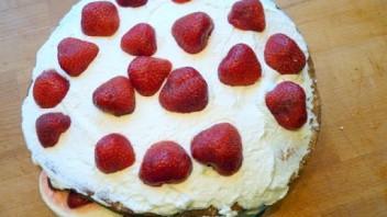 Szwedzki letni tort z truskawkami