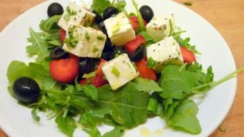 Sałatka z truskawkami, oliwkami fetą i miętą