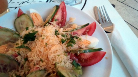 Sałatka z jajkami i wędzonym serem w sosie winegret