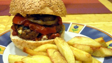 Hamburgery z grillowanym pomidorem, cebulą i sosem BBQ