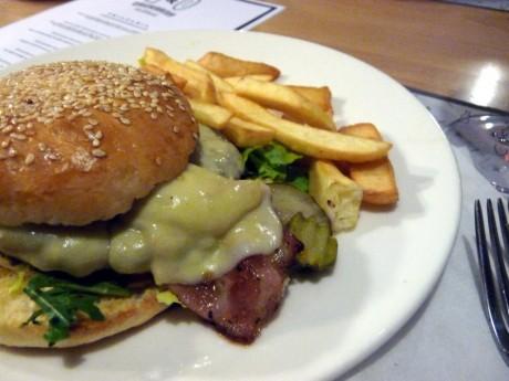 Burger serowy.