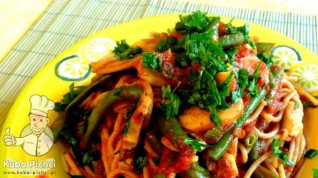 spaghetti z zielona fasolka pieczarkami i pomidorami