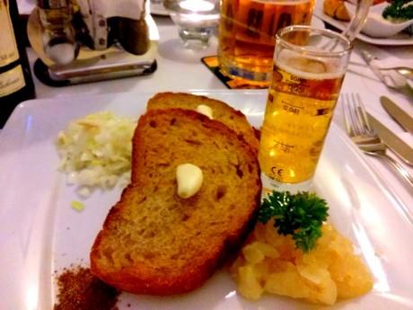 Piwny twarożek Ołomuniecki z grzankami czosnkowymi