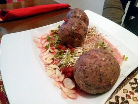 Pasztet z czerwonej fasoli z sosem z granatów