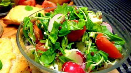 salatka z kielkow z serem plesniowym
