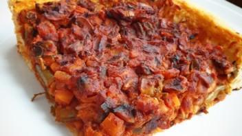 Tarta drożdżowa z warzywami w sosie pomidorowym